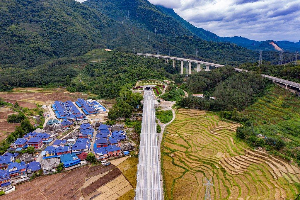 चिनले बनायो लाओस सङ् जोडने रेलमार्ग